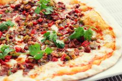 Mięsna pizza z gorącym kumberlandem, tonującym Obrazy Royalty Free