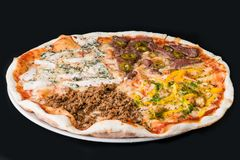 Mięsna pizza z kurczakiem, wołowiną i słodkim pieprzem na ciemnym backgro, Fotografia Stock