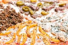 Mięsna pizza z kurczakiem, wołowiną, minced pieprzem, mięsnym i słodkim sid Zdjęcia Royalty Free
