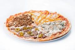 Mięsna pizza z kurczakiem, wołowiną, minced pieprzem na a, mięsnym i słodkim Obraz Royalty Free