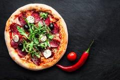 Mięsna pizza z rozciekłym mozzarella serem, chili pieprzem i Tom, Fotografia Royalty Free