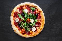 Mięsna pizza z rozciekłym mozzarella serem, pomidorem na czarnym st i Zdjęcia Stock