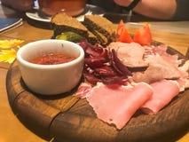 Mięsna przekąska z alkoholem od mięsa, baleron, basturma z kumberlandem na drewnianych stojakach na stole w kawiarni, bar, restau zdjęcia royalty free