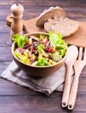 Mięsna sałatka na drewnianym stole zdjęcia royalty free