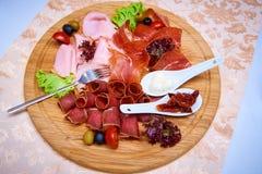 Mięsna zakąska dekorował z sałatkami, oliwkami i pomidorem, fotografia stock