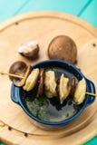 Mięsne kluchy - rosyjski gotowany pelmeni w talerzu Zdjęcia Royalty Free