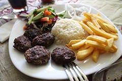 Mięsne piłki z garnirunek Turecką krajową kuchnią obrazy stock