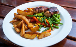 Mięsne rolki i odparowani warzywa Zdjęcia Stock