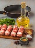 Mięsne rolki na tnącej desce na tle smaży niecka zdjęcie stock