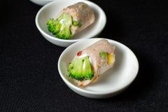 Mięsne rolki z serem i brokułami na białych talerzach, obrazy stock