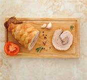 Mięsny bochenek na drewnianej desce na marmurowym tle zdjęcie stock