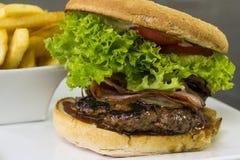 Mięsny hamburger i dłoniaki Obraz Stock