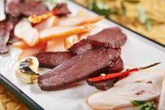 Mięsny półmisek z Cienkimi plasterkami Leczący baleron, cielęcina, kurczak, wieprzowina, zdjęcie royalty free