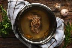 Mięsny rosół od wołowiny w metal niecce na drewnianym stole Obraz Royalty Free
