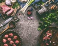 Mięsnych piłek posiłku kulinarny przygotowanie z kulinarną łyżką, kuchni narzędziami i podprawą, Fotografia Stock