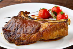 mięso piec na grillu talerz żebruje pomidory biały Zdjęcie Stock