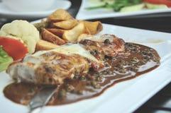 Mięso piec na grillu z świeżego warzywa sałatką i brown ryż na białym talerzu odgórny widok horyzontalny zdjęcie stock