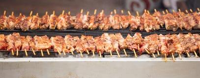 Mięso skewers souvlaki na grillu Zakończenie up, sztandar, frontowy widok z szczegółami zdjęcia stock