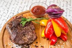 Mięso z dzwonkowym pieprzem, cebulami i ziele, fotografia stock