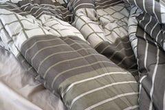 Miętoszący łóżkowi prześcieradła i comforter fotografia royalty free