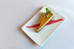 Miętowy cheesecake na białym talerzu Obrazy Stock