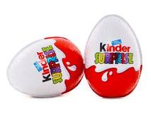 Miła niespodzianka, czekoladowi jajka zawiera małą zabawkę dla dzieci Fotografia Stock