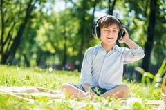 miłego chłopca muzykę fotografia royalty free
