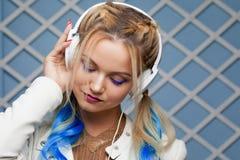 miłej muzyki Dziewczyna z barwionymi pasemkami w jej włosy słuchał muzyki Obraz Stock
