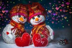 Miłość bałwany snowfall pocałunek miłości człowieka koncepcja kobieta Kartka z pozdrowieniami walentynek Szczęśliwy dzień Obraz Royalty Free