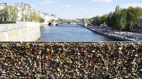 Miłość blokuje przy Archbishop ` s mostem w Paryż obrazy royalty free