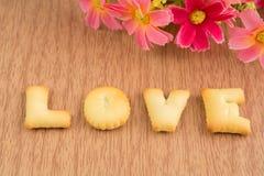 MIŁOŚĆ, ciastko listy na drewnianym tle Obraz Royalty Free