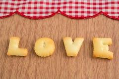 MIŁOŚĆ, ciastko listy na drewnianym tle Zdjęcia Stock