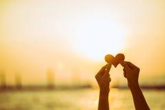 Miłość dla walentynka dnia - Dwa czerwonego serca wieszali na arkanie wraz z zmierzchem Fotografia Royalty Free