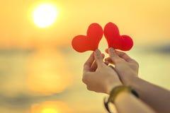 Miłość dla walentynka dnia - Dwa czerwonego serca wieszali na arkanie wraz z zmierzchem Obrazy Royalty Free