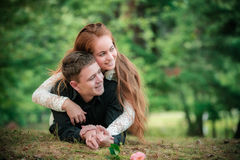Miłość i afekcja między młodą parą Zdjęcia Royalty Free