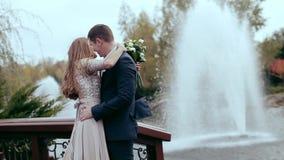 Miłość i pasja - buziak zamężna młoda ślub para blisko jeziora zdjęcie wideo