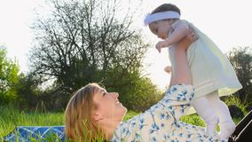 Miłość jest nad wszystko, w parku na trawie na gazonie, łgarski puszek, mama, młody blond kobiety bawić się, ono uśmiecha się, z zbiory