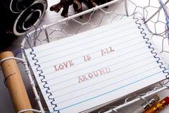 Miłość jest wszystko wokoło karciana Zdjęcia Royalty Free