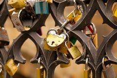 Miłość kędziorki na moscie Fotografia Royalty Free