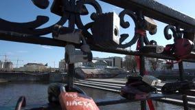Miłość kędziorki na moscie Nowożytni symbole znosić miłości footage zbiory