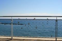 Miłość kędziorki na nadmorski moście obrazy stock