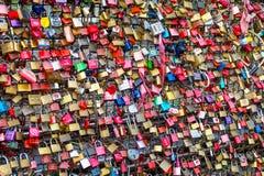Miłość kędziorki przy Hohenzollern mostem Obrazy Royalty Free