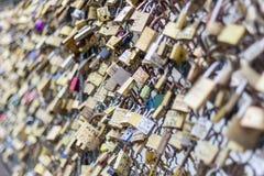 Miłość kłódki na Pont des sztukach most, wonton rzeka w Paryż Fra Obrazy Stock