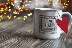 Miłość kubek czerwona róża zdjęcia royalty free