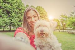 Miłość między istotą ludzką i psem fotografia stock