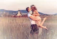 Miłość między młodą parą Obrazy Royalty Free