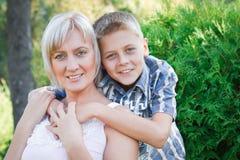 Miłość między matką i jej synem. Fotografia Royalty Free