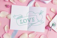 Miłość na różowym pastelowym tle Zdjęcia Stock