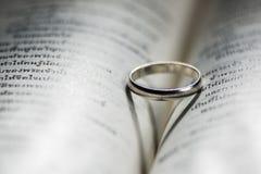 Miłość pierścionek na książce Obrazy Royalty Free