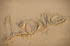 Miłość pisać na plażowym piasku Obraz Stock